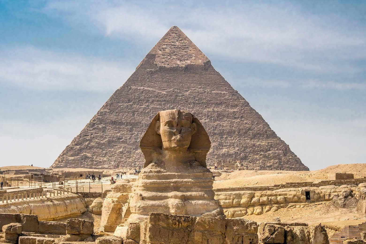 what to see in egypt - the spinf in front of a pyramid