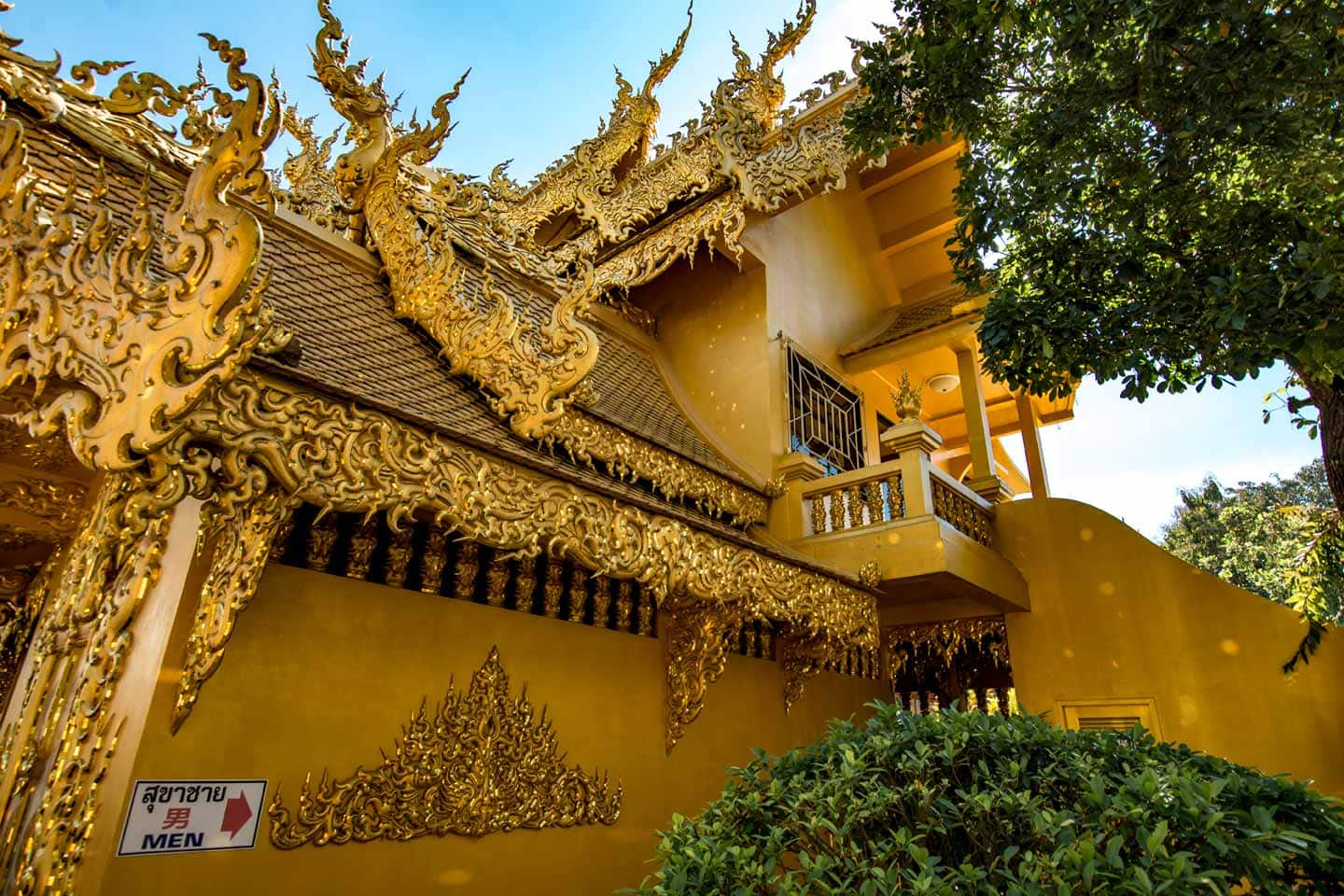 white temple of chiang rai-golden-restrooms