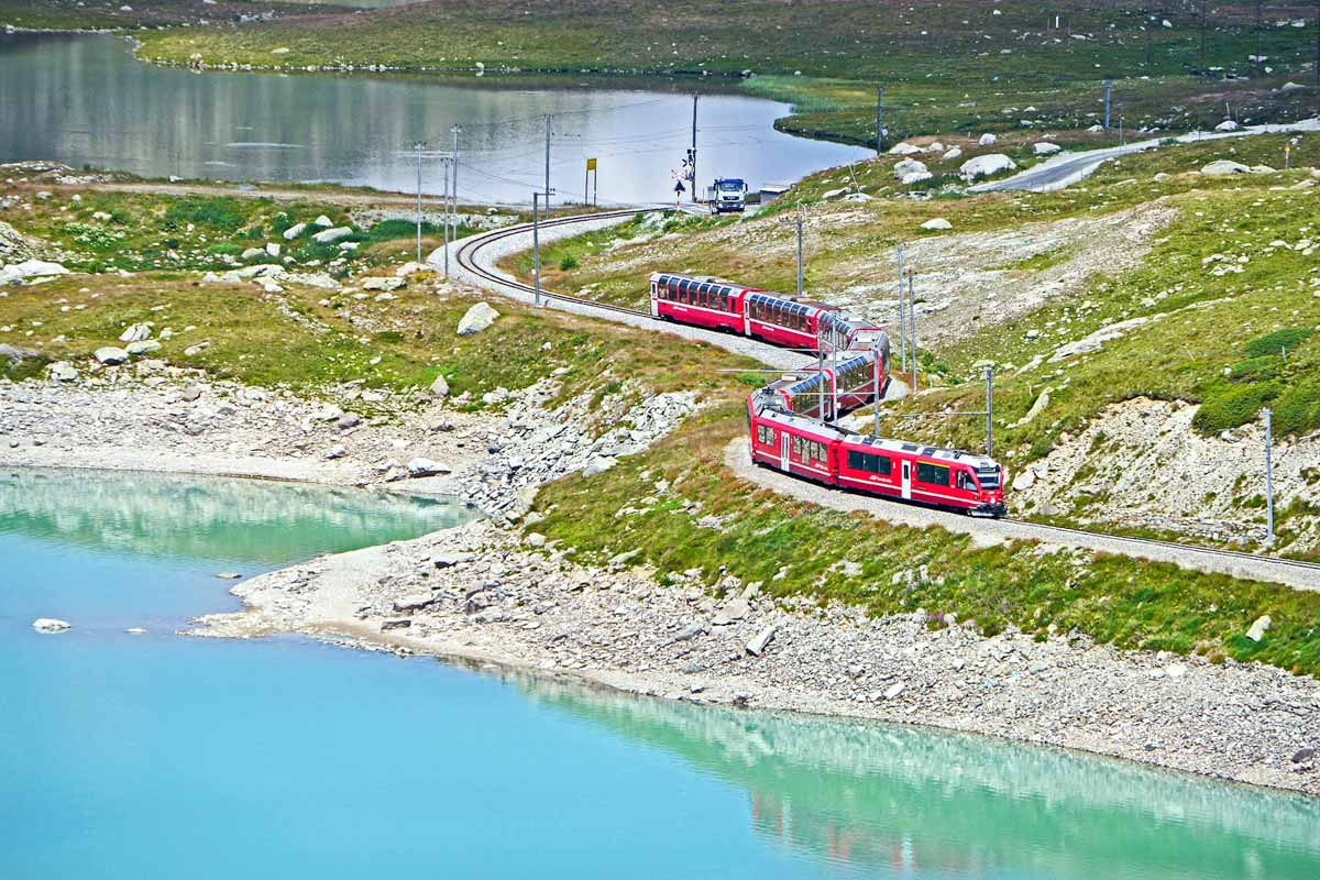 Rhaetian-Railway train picture from above