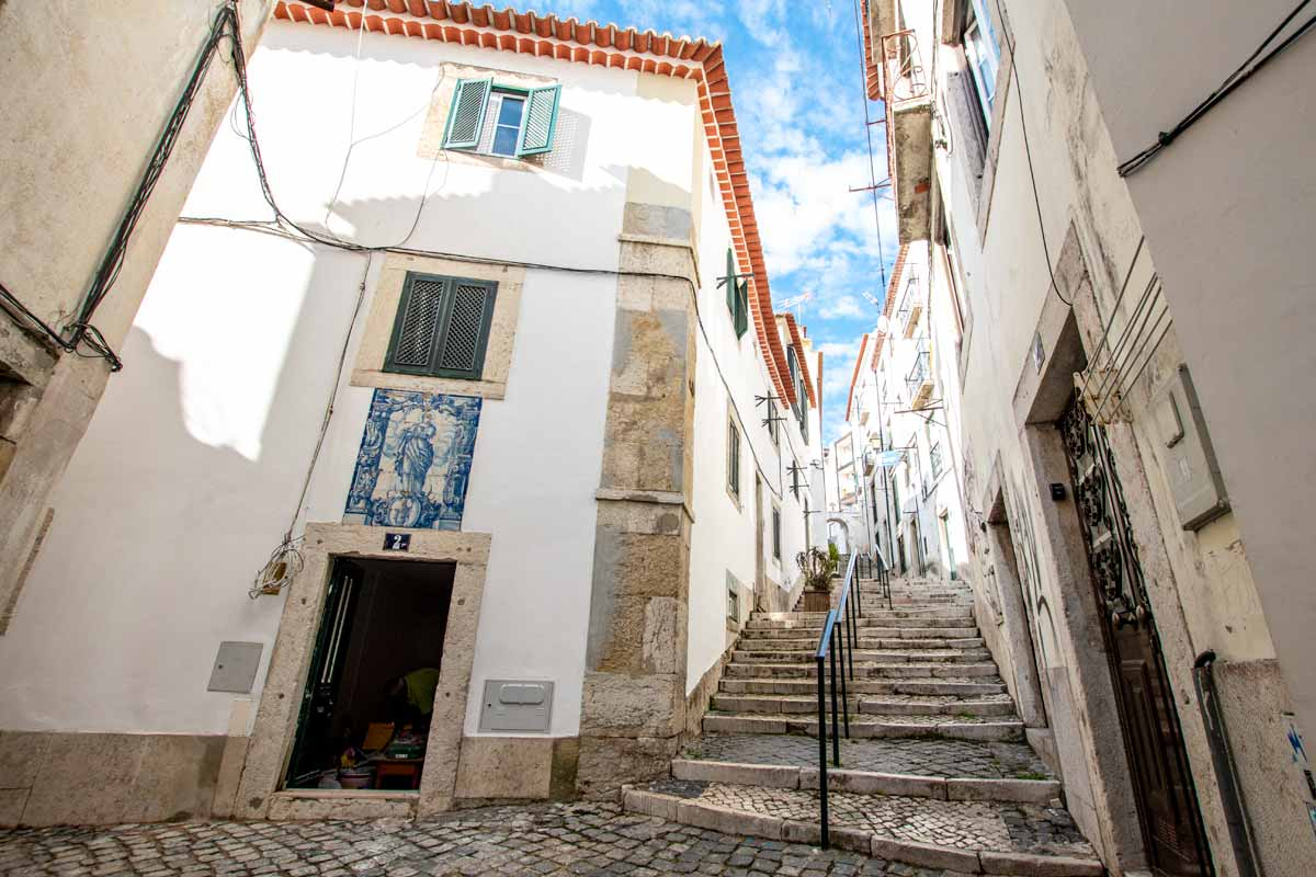 authentic white houses in lisbon