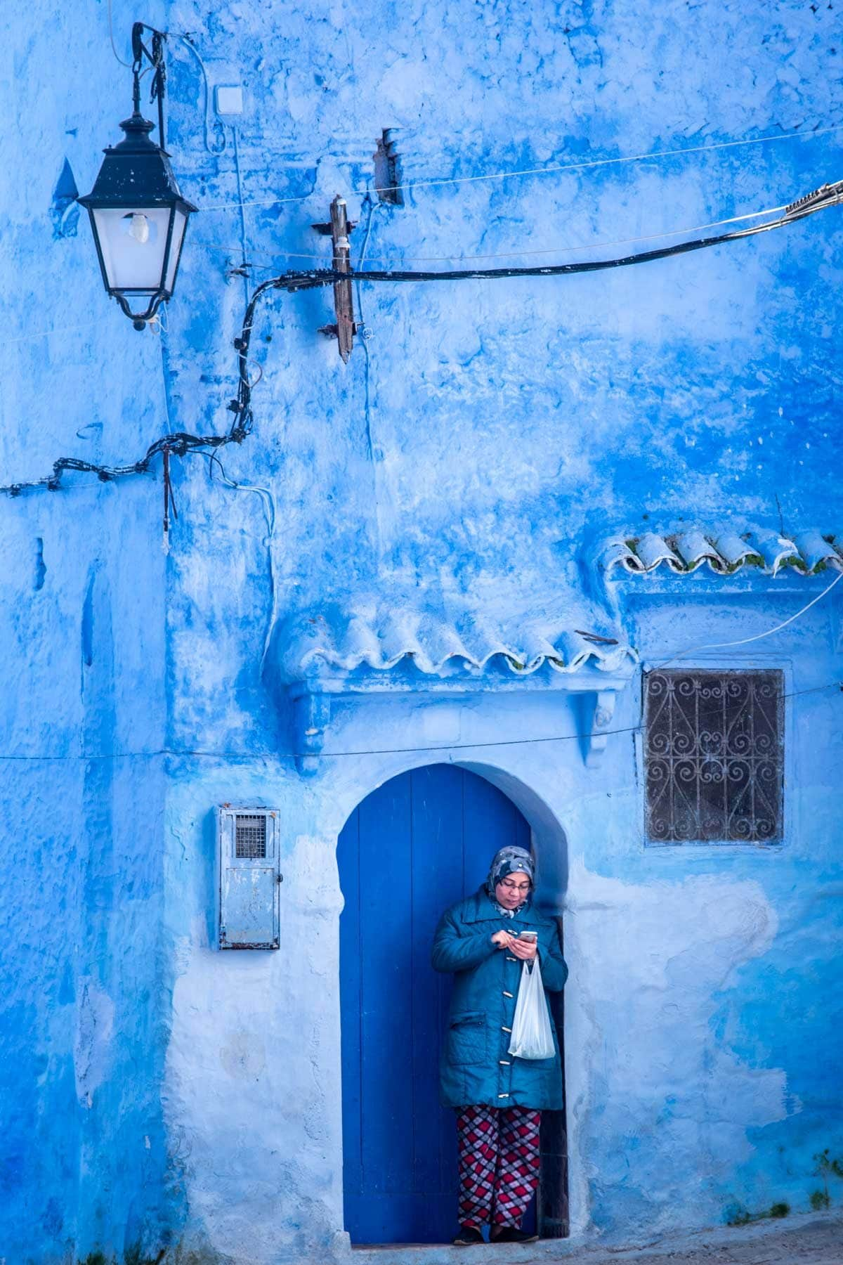 chefchaouen photo guide - phone girl