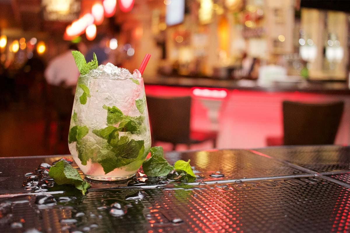 glass-of-mojito-drink-on-the-bar
