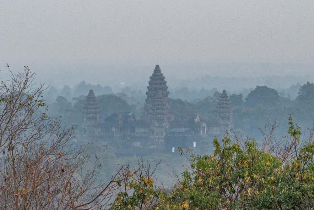 Angkor sunrise spot - phnom bakheng