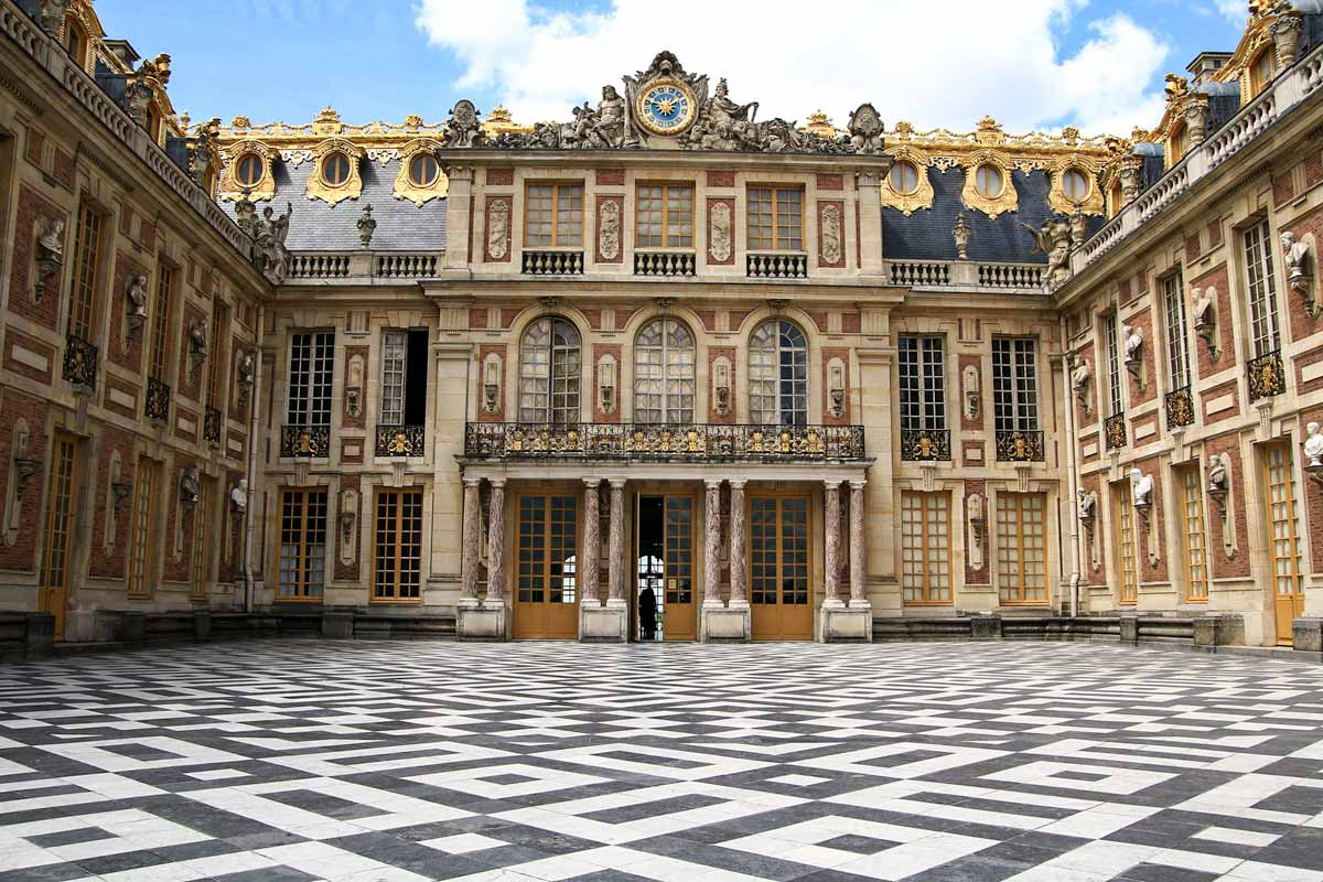 4 day Paris itinerary - Versailles Palace courtyard