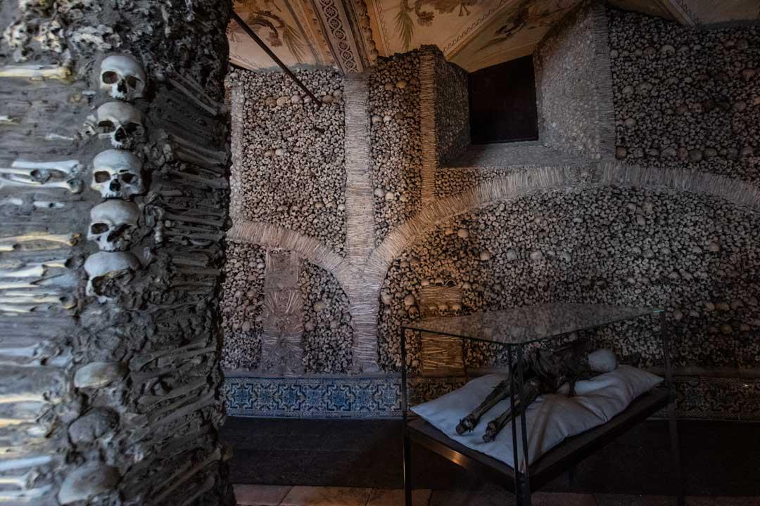 inside-Evora-bone-chapell