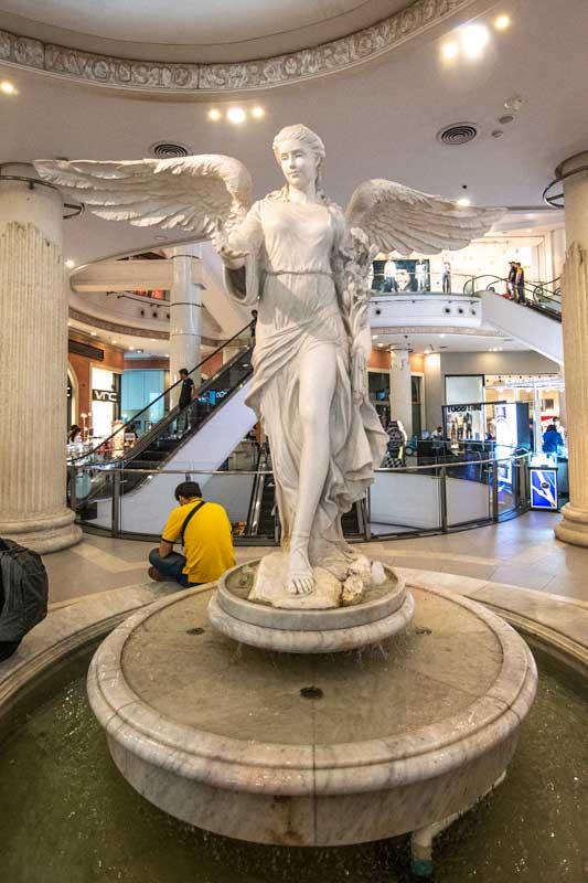 roman-statue-in-terminal-21-bangkok