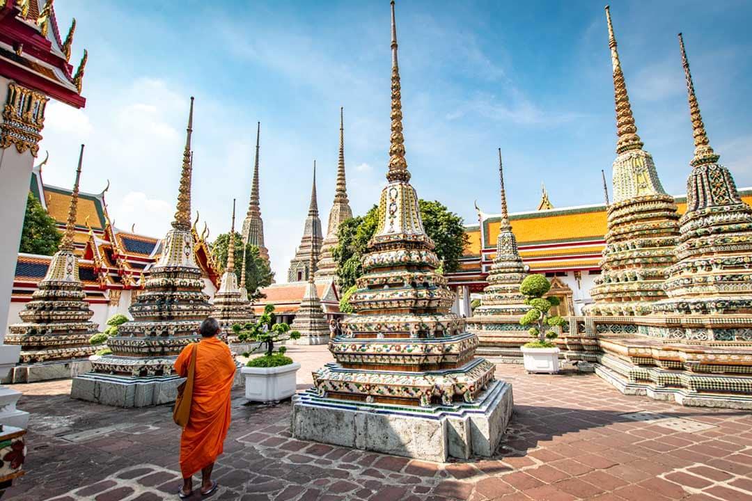 monk-roaming-around-wat-pho