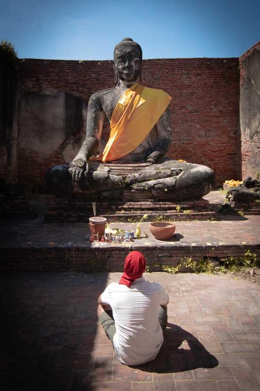 man-praying-in-ayutthaya