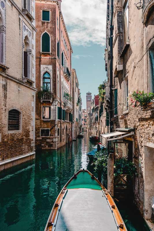 italian-bucket-list-ride-a-gondola-in-venice