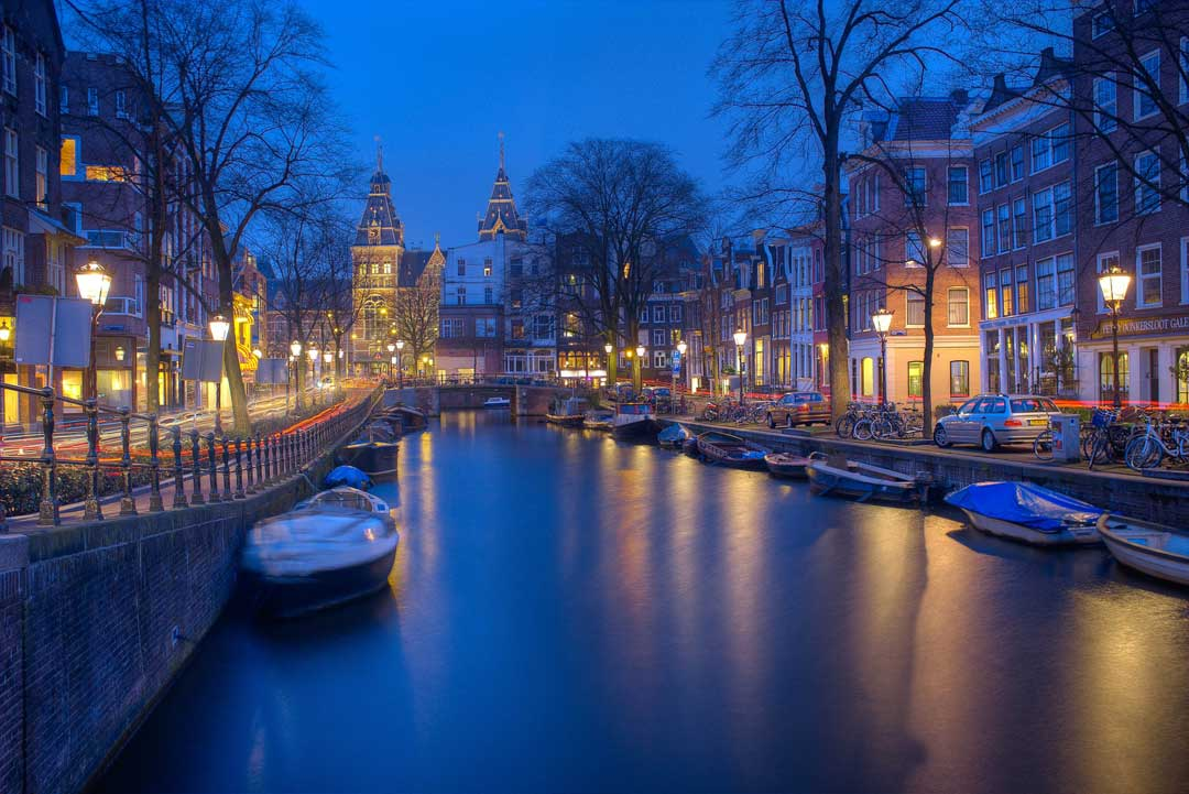 amsterdam-canal-at-night