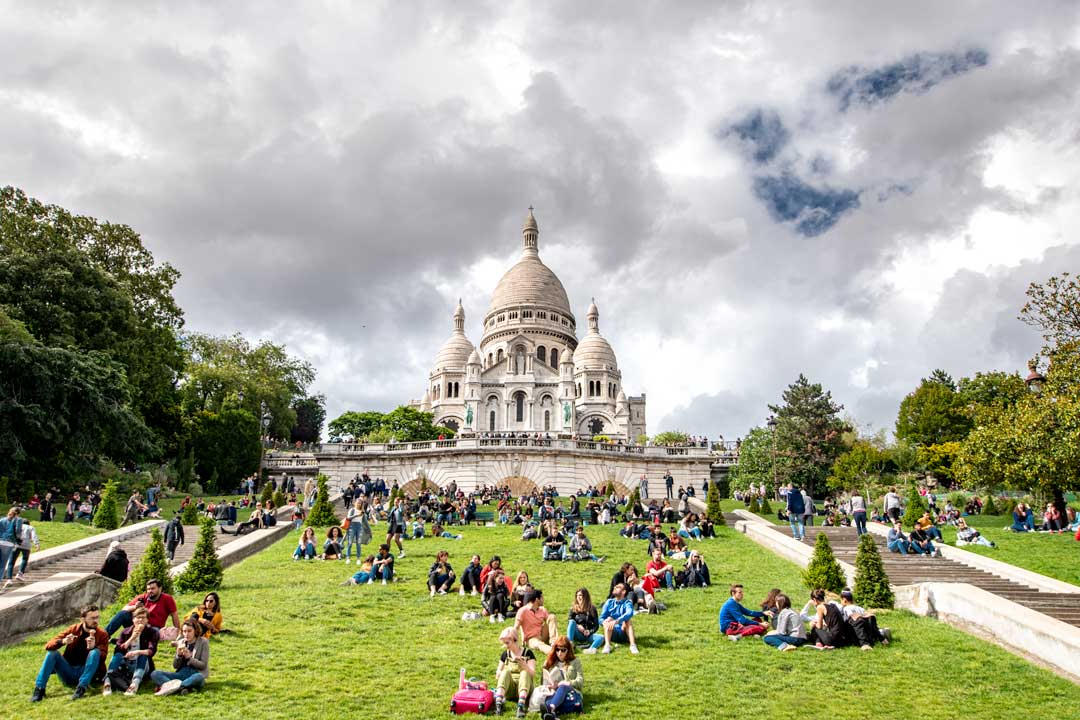 paris-church-with-a-lot-of-people-in-front-of-it