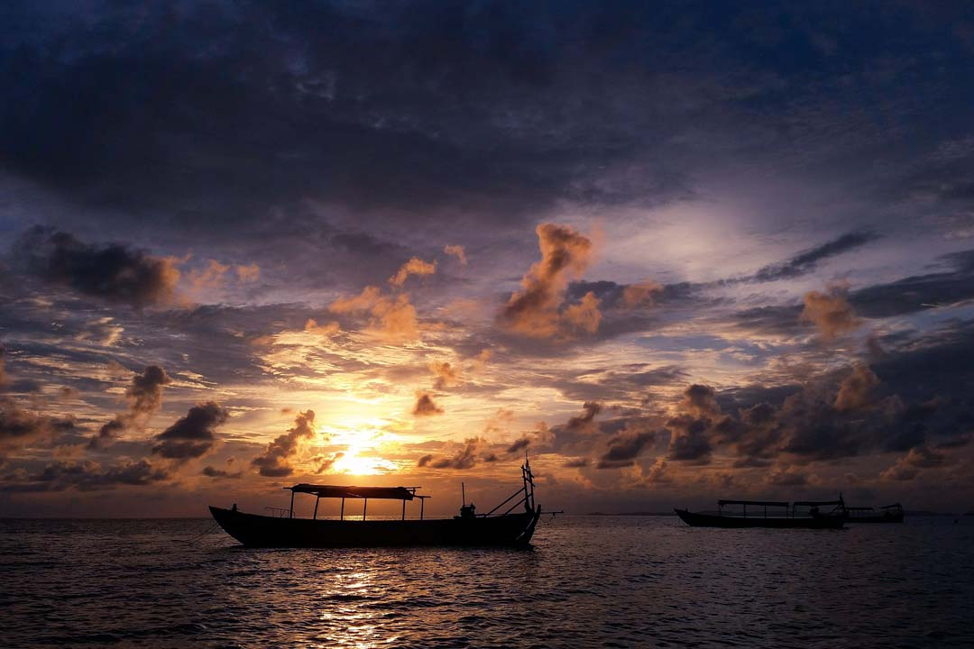 boats-in-the-ocean-at-pink-sunsetsoutheast-asia-bucket-list
