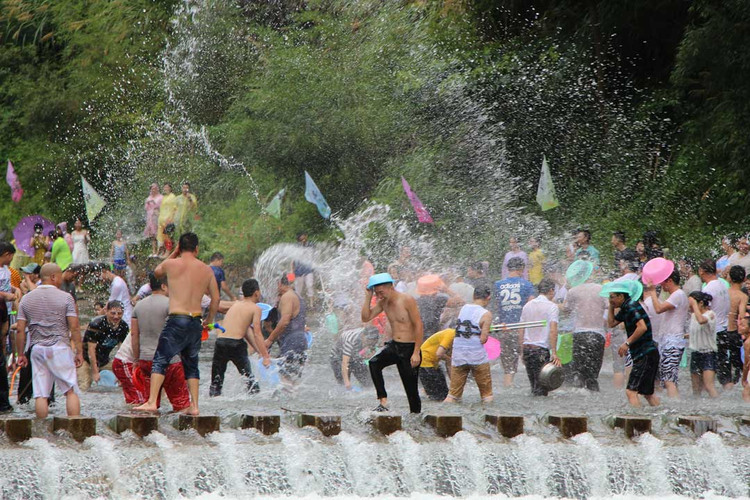 crowd-waterfighting-on-songkran