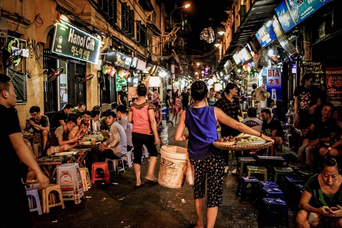 hanoi-bucket-list-drink-on-hanoi-beer-street