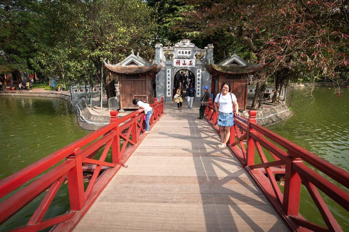 people-on-the-ngoc-son-pagoda-bridge