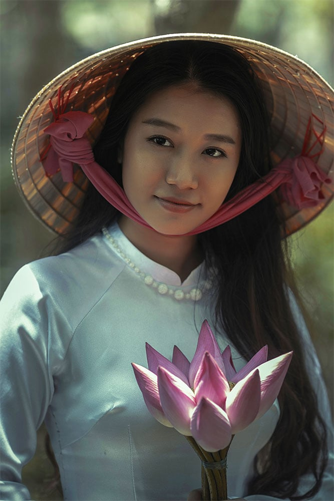 vietnamese-girl-with-a-lotus-flower