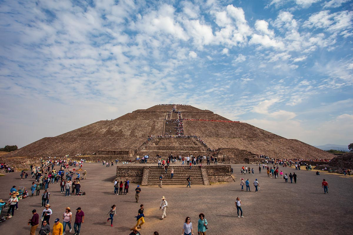 mayan-pyramid-in-mexico-full-of-tourists