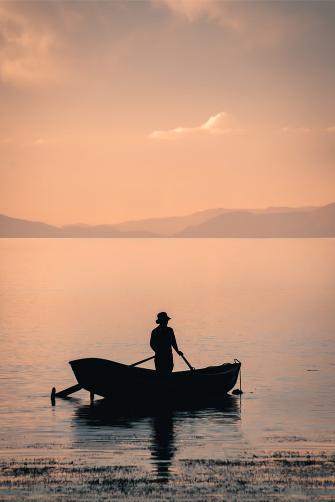 silhouette-of-a-fisherman-in-lake-titicaca