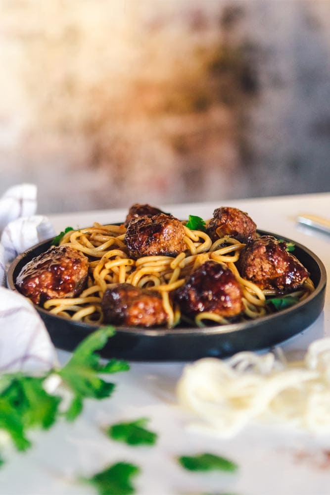 spaghetti-and-meatballs-with-blurred-background