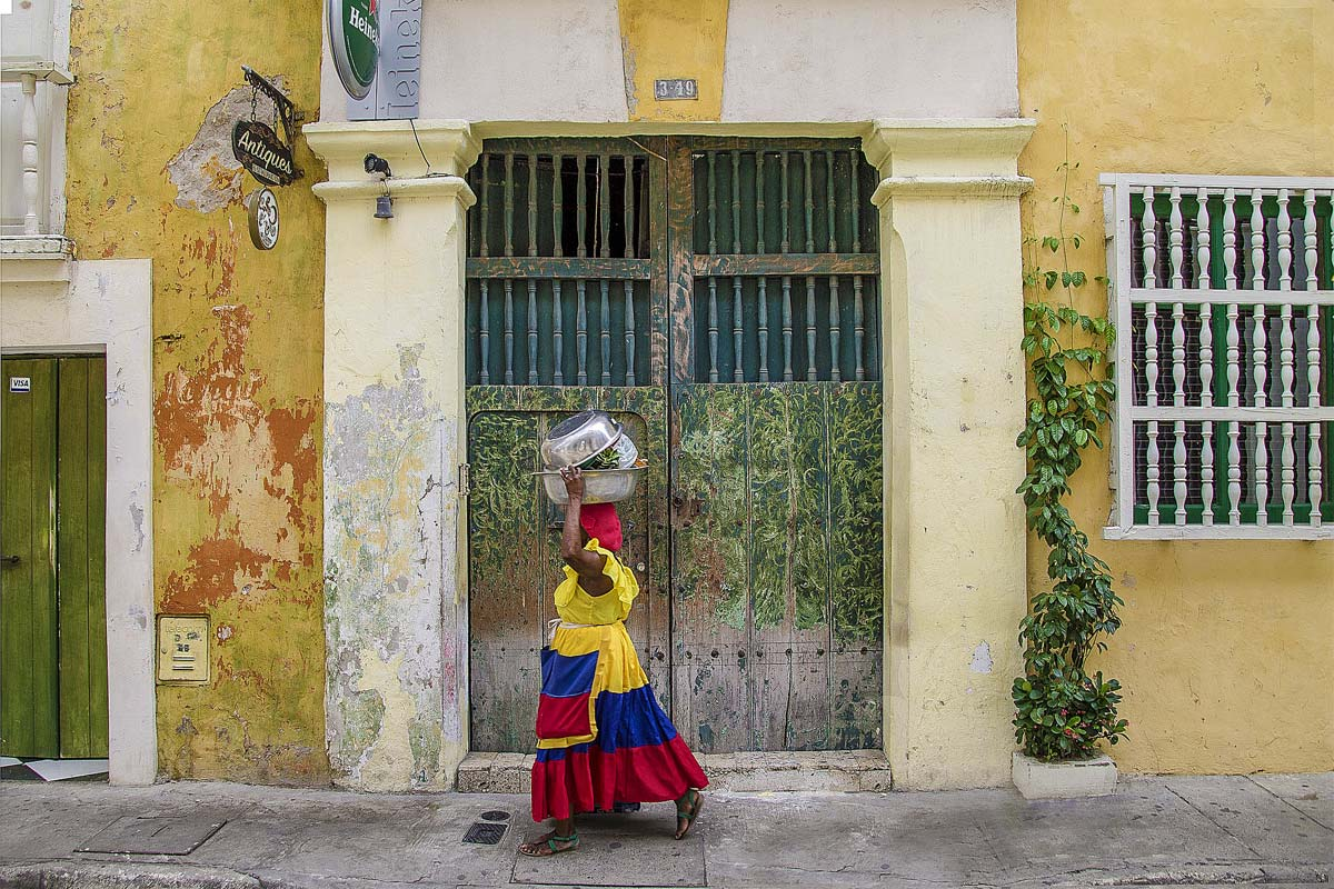 woman-caring-baggage-on-her-head-in-colombia
