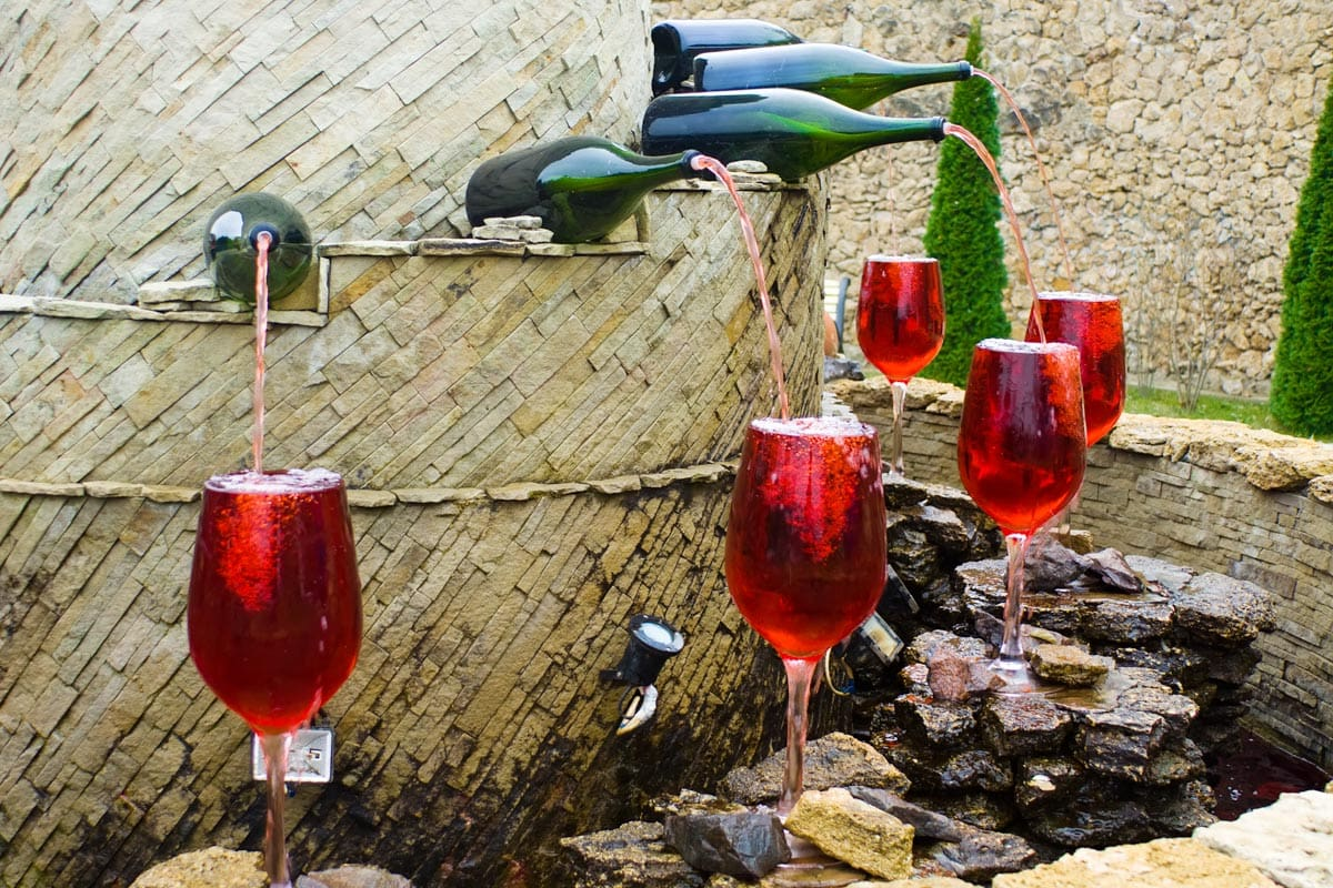 wine-fountain-pouring-in-glasses