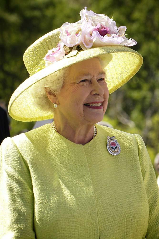 queen-elizabeth-smiling-in-green-dress