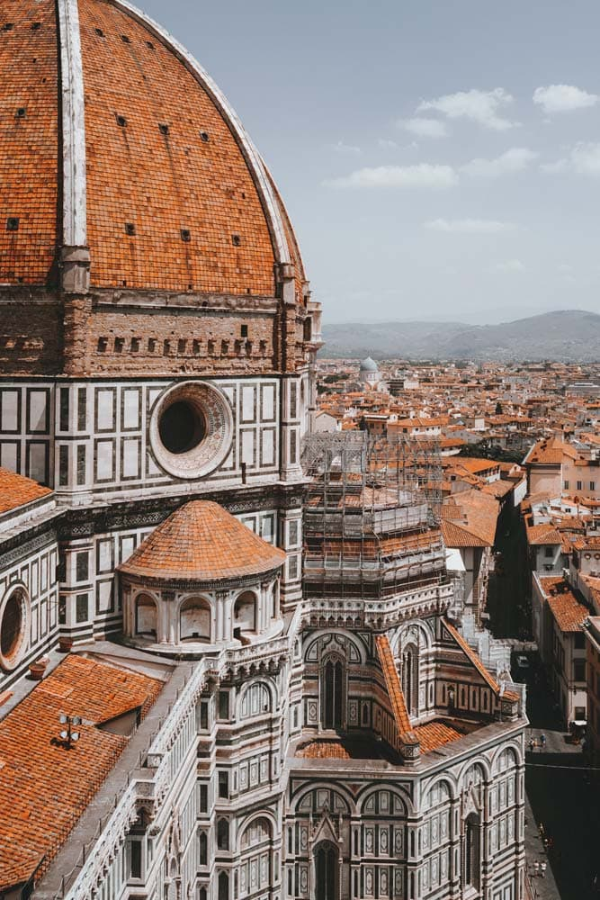 close-up-of-the-florence-cathedral-with-rest-of-the-city-in-the-background