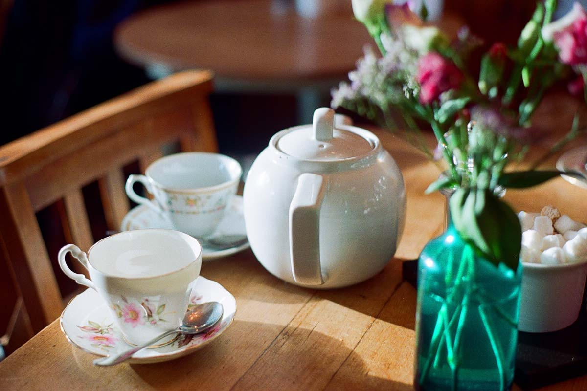 english-pot-and-cups-on-a-table