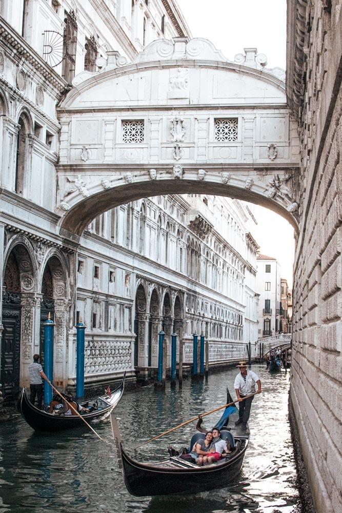 gondolas-passing-under-the-bridge-of-sighs
