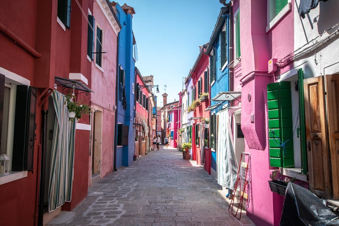 three-days-in-venice-alley-surrounded-by-purple-and-all-kinds-of-colors-houses