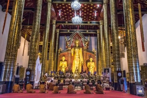 monks-praying-in-chiang-mai